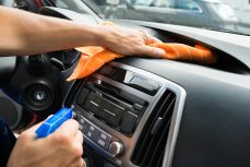 Comment nettoyer le tableau de bord de la voiture?